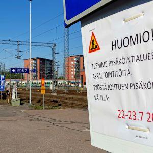 Turun rautatieaseman pitkäaikaispysäköinnin asfaltti korjataan maanantaina ja tiistaina. Alue suljetaan kuitenkin pesun takia jo viikonloppuna.