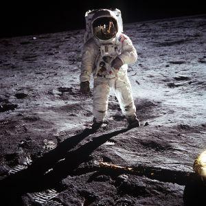 Astronautti Buzz Aldrin ensimmäisellä kuukävelyllä Apollo 11 -lennolla 21.heinäkuuta 1969.