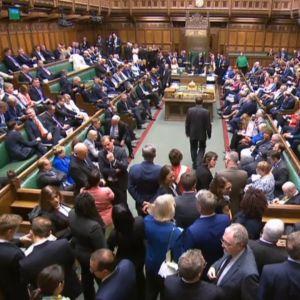 Britannian parlamentin jäsenet saapuvat saliin käytyään äänestämässä.