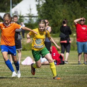 Tyttöjä pelaamassa jalkapalloa.