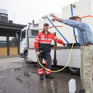 Matti Mehto jakoi ihmisille vettä kunnanviraston parkkipaikalla.