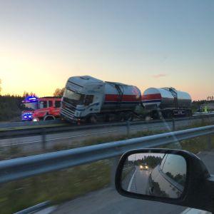 Nelostie etelään päin oli poikki 19.7.2019 Lahden kohdalla, kun täysperävaunurekka törmäsi betoniporsaisiin ja jäi niihin jumiin.