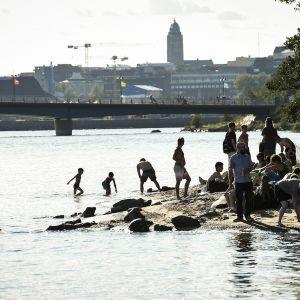 Ihmisiä Mustikkamaan uimarannalla Helsingissä 20. heinäkuuta.