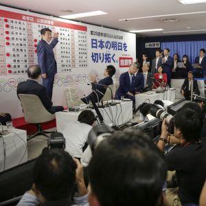 Japanin pääministeri Shinzō Abe lehdistön edessä parlamentin ylähuoneen vaalipäivänä.