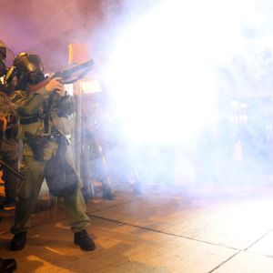 Poliisi ampui kyynelkaasua mielenosoittajia kohti 21. heinäkuuta Sheung Wanin alueella Hongkongissa.