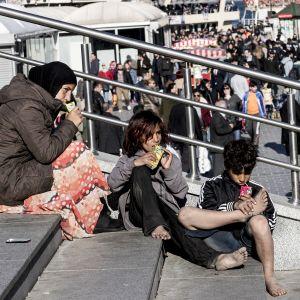 Syyrialaiset pakolaiset kerjäävät Galatan sillalla.