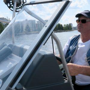 Teuvo Koskinen ohjaa kalastuksenvalvontavenettä