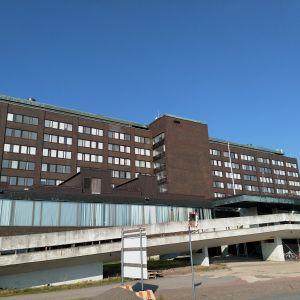 Kymenlaakson keskussairaalan vanhasta osasta saatetaan purkaa ylimmät kerrokset osana sairaalan laajennusurakkaa.