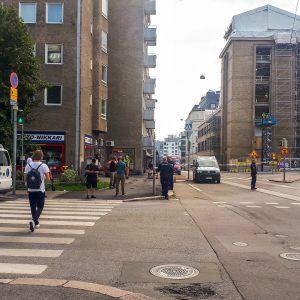 Poliisit ovat sulkeneet risteysalueen, jossa seisoo punainen auto, missä kylki lommola ja sivuikkunat rikki.