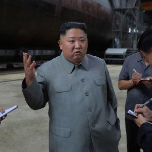 Kim Jong-un kävi tarkistamassa sukellusveneen tuntemattomassa paikassa keskiviikkona. Kuvan on julkaissut Pohjois-Korean virallinen uutistoimisto.