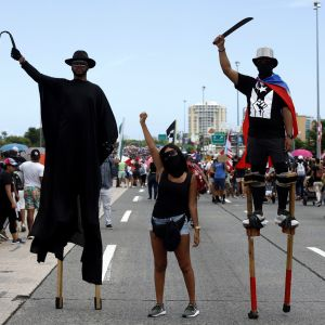 Tuhannet puertoricolaiset osoittivat mieltään San Juanissa maanantaina.
