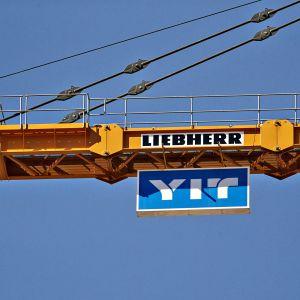 Rakennusyhtiö YIT:n logo kauppakeskus Triplan rakennustyömaalla Helsingin Pasilassa.