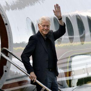 Bill Clinton vilkuttaa kuvaajille Maarianhaminassa.