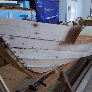 Puisen limisaumaveneen veistoa Kotkan Puuvenekeskuksessa.