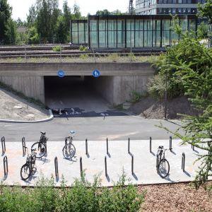 Polkupyöräparkki Lahden rautatieaseman lähellä.