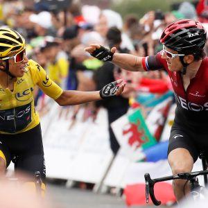 Geraint Thomas (oik.) onnittelee tallikaveriaan Egan Bernalia 20. etapin päätteeksi. Tour de France 2019.