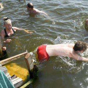 Ihmisiä uimassa.