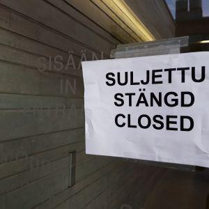 Funikulaarin sulkemisesta kertova lappu tiistaiaamuna.