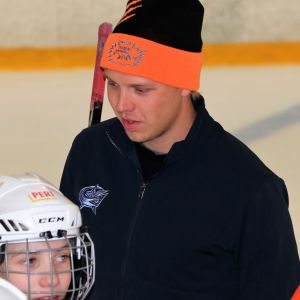 NHL-pelaaja Markus Nutivaara osallistui vanhan kasvattajaseuransa Haukiputaan Ahmojen junnujen kauden aloitusleirille heinäkuussa 2019 Linnanmaan jäähallilla.