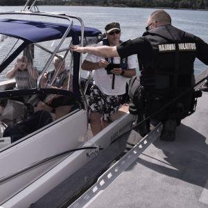 Luutnantti Mika Stormblad tarkastaa Pekka Soonin veneen varusteita.