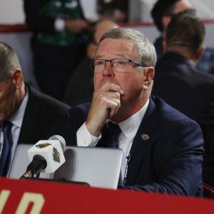 Wild-GM Paul Fenton mietteliään näköisenä kesän 2019 draftissa.