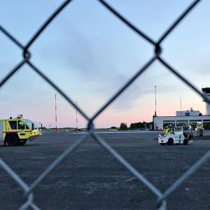 Hälytysajoneuvo Tampere-Pirkkalan lentoasemalla keskiviikkoiltana.