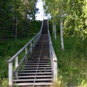 Pitkät portaat ylöspäin Keminmaan Kallin maastossa.