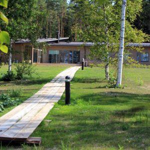 Leirikeskuksen päärakennus järven rannalla Sysmässä.