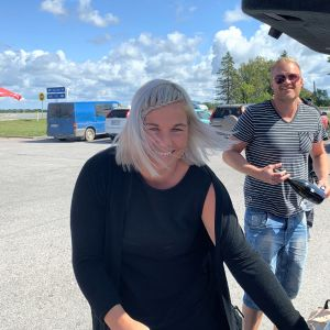 Anna Fredriksson ja Marko Lehti pysähtyivät Latvian ja Viron rajalle kotimatkalla Riiasta Saloon.