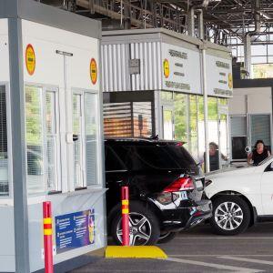 Venäjältä tulevat henkilöautot jonottavat passintarkastukseen.
