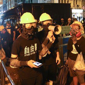 Monet mielenosoittajat pukeutuivat suojavarusteisiin Hongkongissa 3. elokuuta 2019.