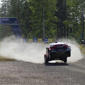 Auto laskeutuu hypyn jälkeen ilmasta maahan Jyväskylän MM-rallissa.