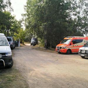 Poliisi etsii kranaatinammuksia Pyynikin rannassa.