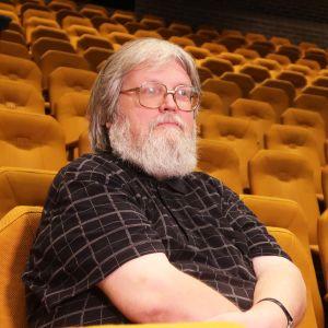 Mies istuu Työväen Teatterin katsomossa