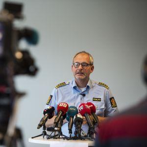 Tapauksen tutkija Tommy Broedske tiedotustilaisuudessa Oslossa 6 elokuuta.