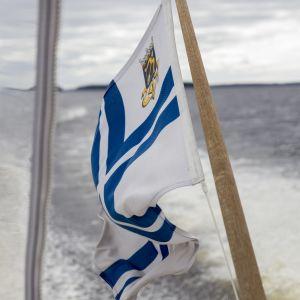 Kuopion Pursiseuran lippu veneen perässä.