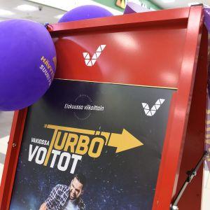 Veikkauksen Vakioveikkaus Turbo -mainos kauppakeskus Kaaressa Kannelmäessä Helsingissä 6. elokuuta.