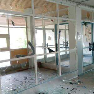 Rikotut ikkunat Suomussalmen koululla