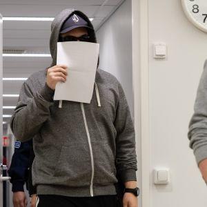 Murhasta syytetty mies kävelee Etelä-Karjalan käräjäoikeuden istuntosaliin 9.8.2019.