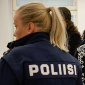 Murhasta syytetty nainen kävelee Etelä-Karjalan käräjäoikeuden istuntosaliin 9.8.2019.