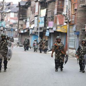 Sotilaita partioimassa Srinagarissa.