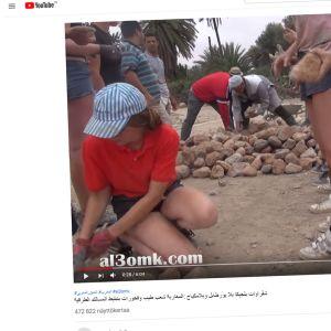 Ruutukaappaus Youtubesta. Kaksi nuorta naista asemoi katukiviä. Taaempana muita ihmisiä pinoamassa kiviä.