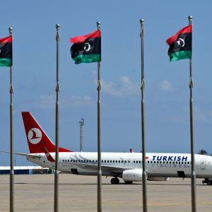 Turkish Airlinesin lentokone Mitigan lentoasemalla Tripolissa, Libyassa lokakuussa 2011.