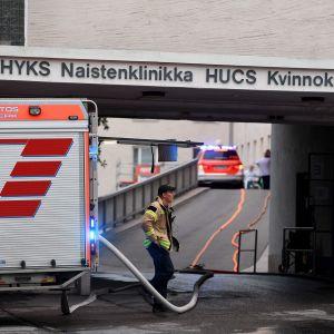 Palomiehiä ja paloauto naistenklinikan edustalla