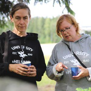 Helsingin yliopiston tutkijat hevoshaudan lähistöllä