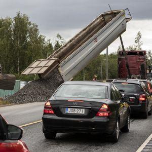 Autoja jonottamassa liikennevaloissa Perhonjoen siltatyömaalla.