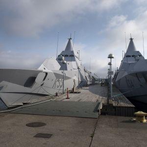 Kaksi Ruotsin merivoimien laivaa Karlskronan laivastotukikohdan laiturissa.