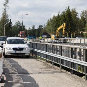 Autoja kevyenliikenteen väylällä Storån sillalla.