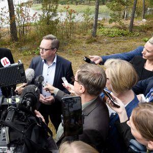 Valtiovarainministeri Mika Lintilä (keskellä oik.) vuoden 2020 talousarvioehdotuksen neuvotteluiden infotilaisuudessa Espoossa 13. elokuuta