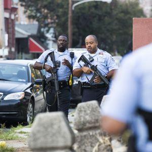 Poliisit partioivat lähellä ammuskelupaikkaa Philadelphiassa 15. elokuuta.